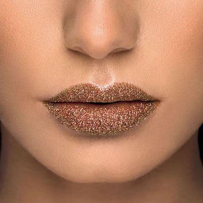 Třpytky na rty Angel Lips v odstínu Sunny můžete použít i k líčení očí nebo je využít k vytvoření aplikace na obličeji a těle. Jedno balení stojí 250 Kč a vystačí až na 30 použití.