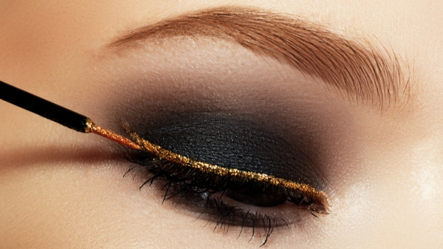 I když jsou vaše rty zakryté rouškou, můžete třpytky Angel Lips využít k líčení očí.